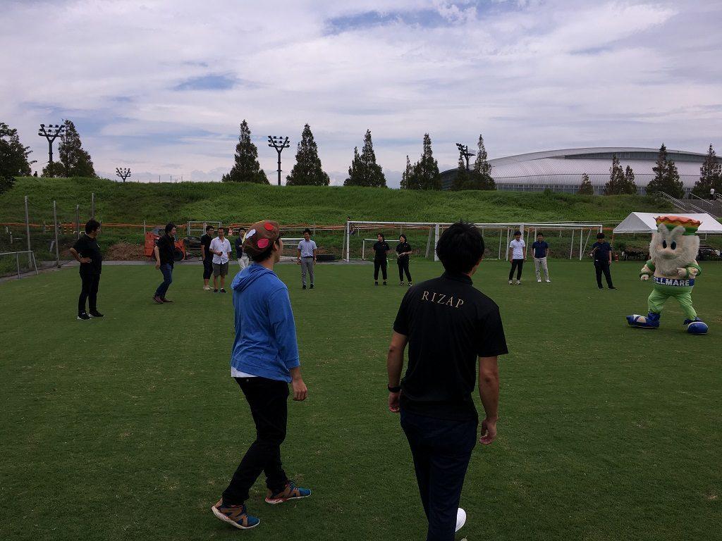 競技場でみんなでサッカー